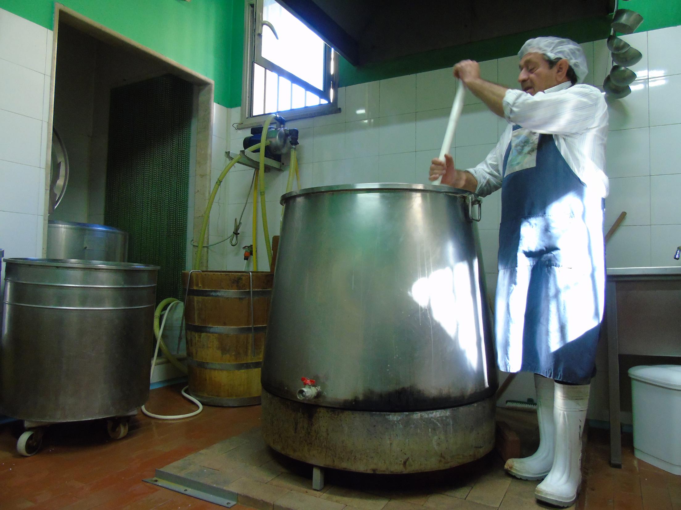 Calogero Cangemi segue la fase di bollitura del latte presso il Caseificio Cangemi di Partanna (TP)