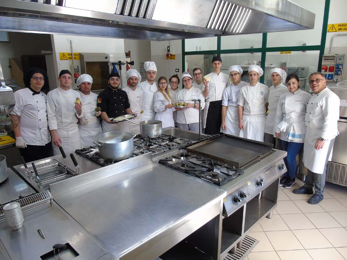 """Foto di gruppo della """"brigata"""" di cucina che ha realizzato le ricette per il Laboratorio Proditerra"""