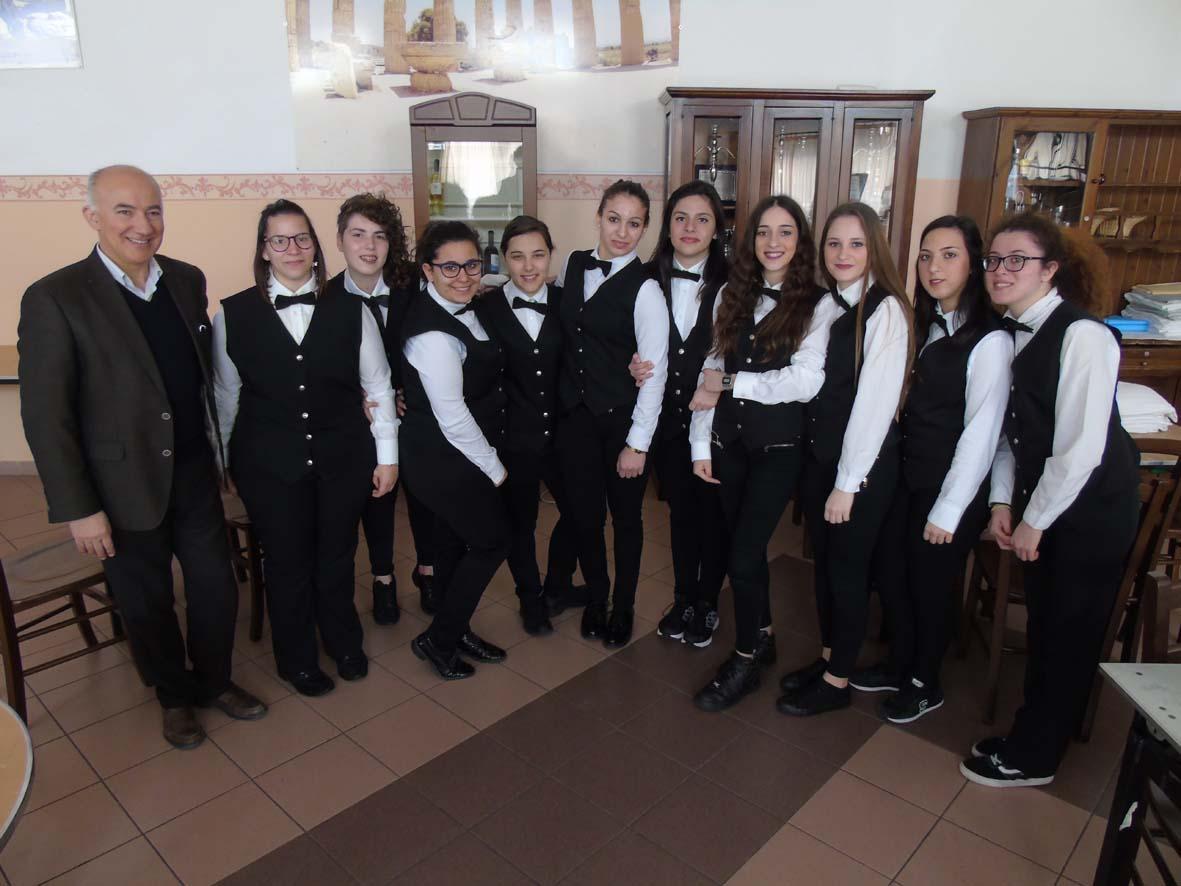 Foto di gruppo dell'equipe di sala che ha realizzato la mise en place delle ricette prodotte nell'ambito del Laboratorio Proditerra