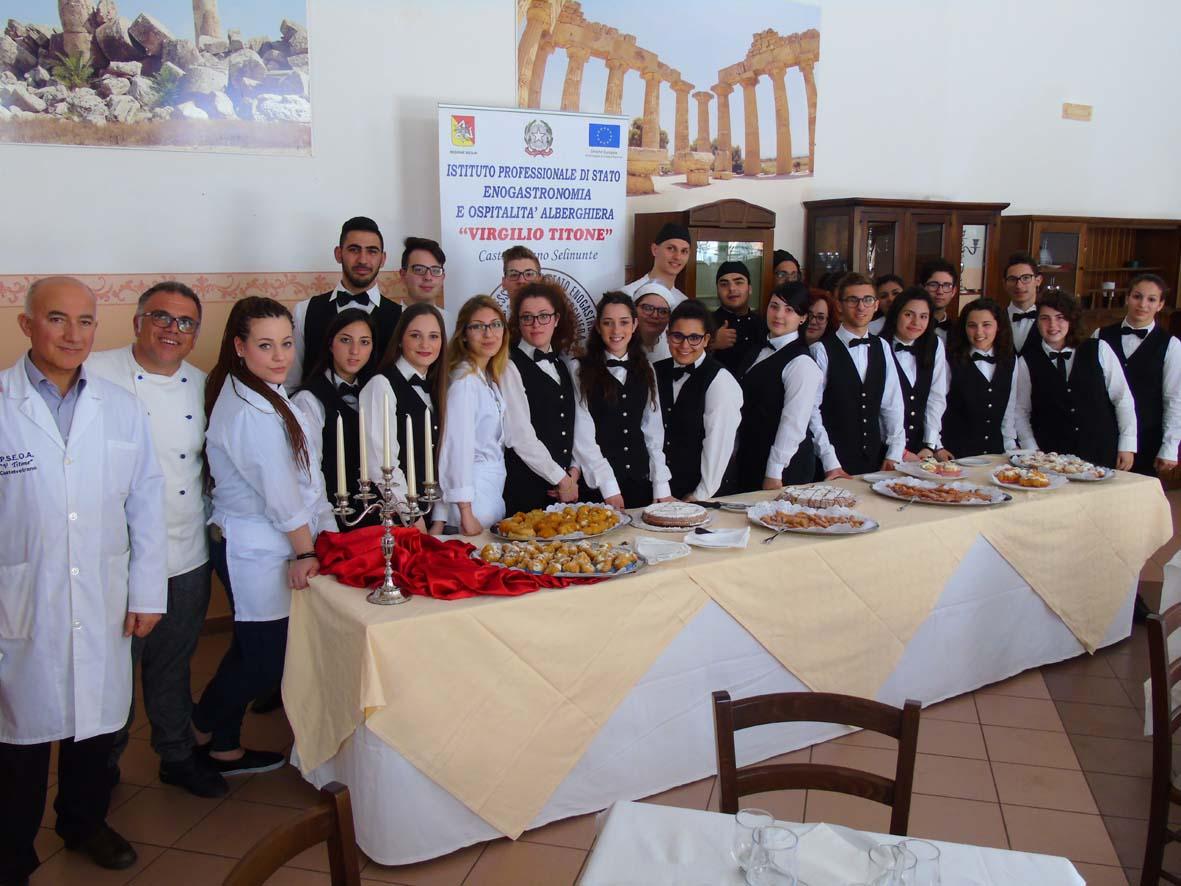 Foto di gruppo della squadra di cucina e di sala che ha realizzato le attività del Laboratorio Proditerra