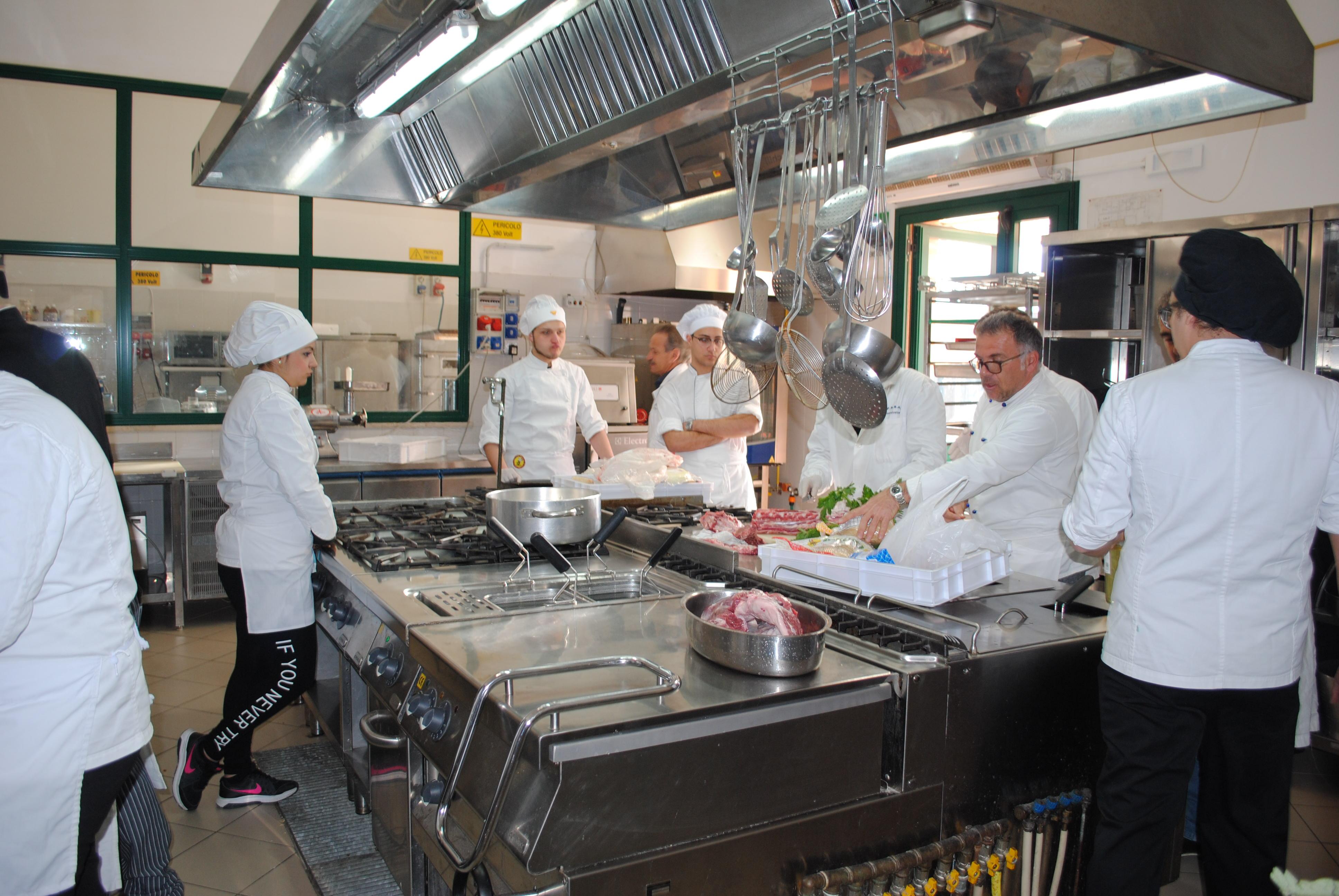 """Un momento dell'organizzazione della """"brigata"""" in cucina"""
